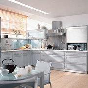 Qué material y qué color son los muebles de la cocina? y la encimera?