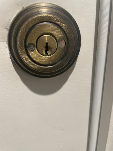 ¿Cómo cambiar una cerradura sin tornillos?