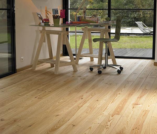 ¿Es buena idea poner un suelo de madera de pino macizo en un piso para alquilar?