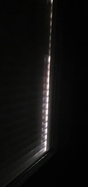 ¿Cómo arreglar que me entre luz por el lateral de la persiana?