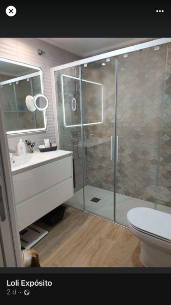 ¿Cuánto costaría reformar baño y poner suelo en toda la casa?
