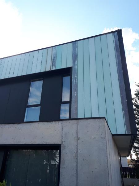 ¿Con qué producto puedo pintar una fachada de cristal uglas para que no salte la pintura?