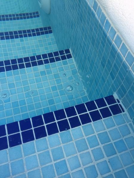 ¿Por qué salen burbujas de la escalera de la piscina?