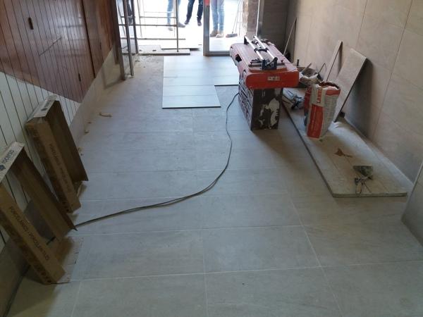 ¿Es normal el suelo porcelánico no estar paralelo a las paredes?