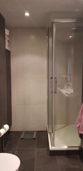 ¿Es posible utilizar una mampara de baño instalada modificando su instalación?