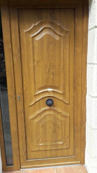¿Cómo reparar el adhesivo de una puerta?