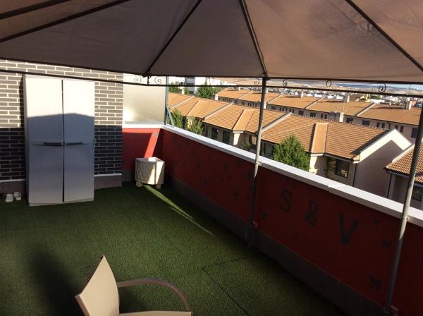 ¿Cuánto costaría alicatar las paredes de debajo del pollete de una terraza y poner tarima de exterior sobre rasillones en el suelo?