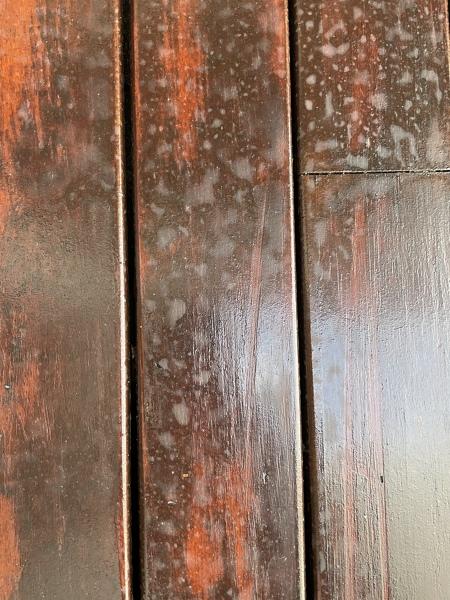 ¿Qué hacer con estas manchas en suelo de madera exterior?