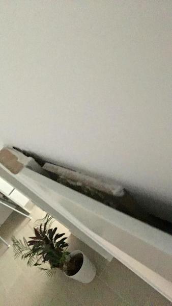 ¿Es normal que haya una separación entre la parte superior del marco de la puerta y la pared?