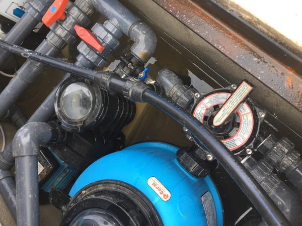 ¿Qué hago para sacar el agua de la caseta donde reside el motor de la piscina?