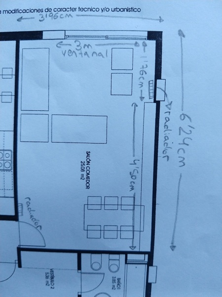 ¿Cómo amueblar un salón rectangular con ventanal?