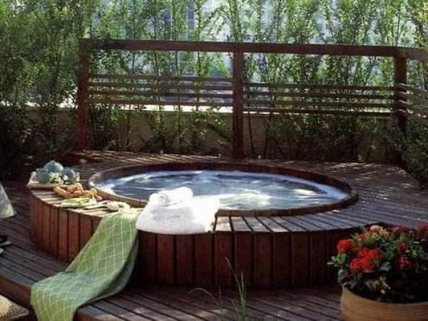 ¿Qué profesional es el adecuado para instalar un jacuzzi en el jardín?