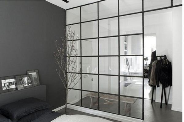 ¿Cuánto costaría una pared fija de metal y cristal?