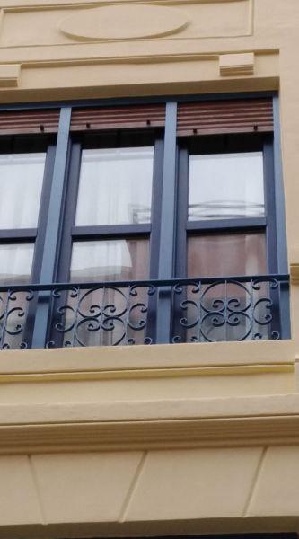 ¿Cuál es la responsabilidad del contratista con relación a la pintura de las ventanas?