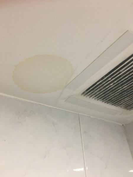 ¿A qué se debe esta mancha amarilla en cocina y baño?