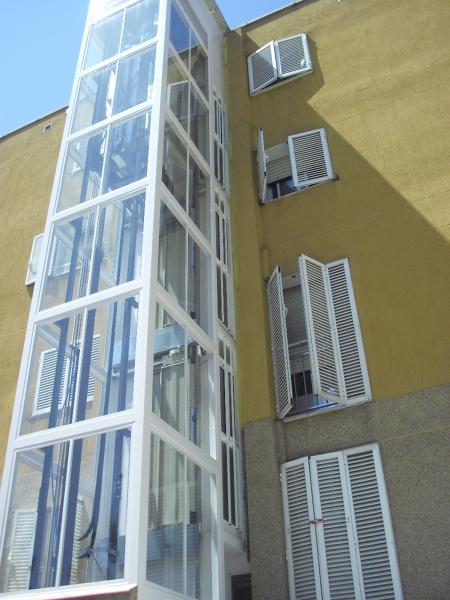 Ascensor en fachada para subir a ático que está en cuarta planta ...