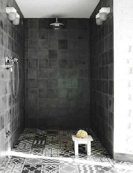 ¿La base de la ducha en la imagen son baldosas imitación hidráulico?