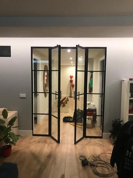¿Cuánto costaría una puerta de hierro y cristal como la de la foto?