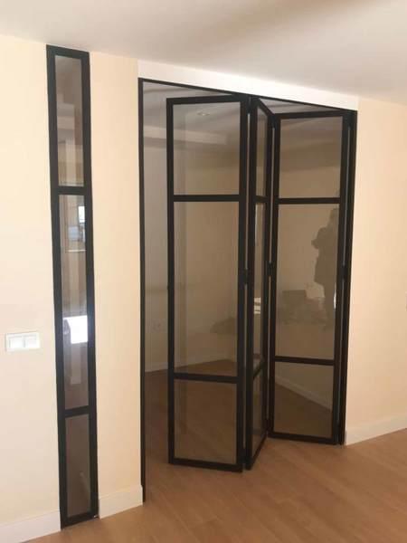 ¿Cuánto costaría una puerta similar a la de la fotografía, de hierro con cuarterones de cristal?