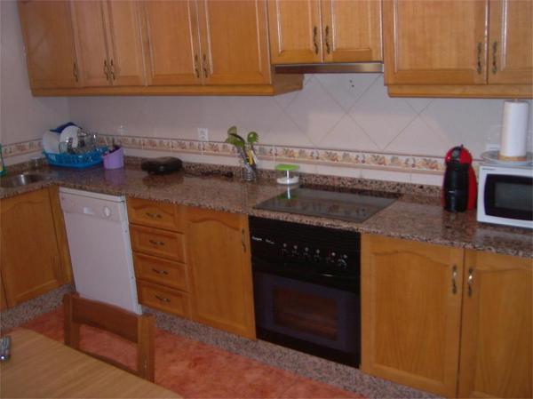 Se puede cambiar el alicatado sin tocar los muebles - Cambiar suelo cocina sin quitar muebles ...