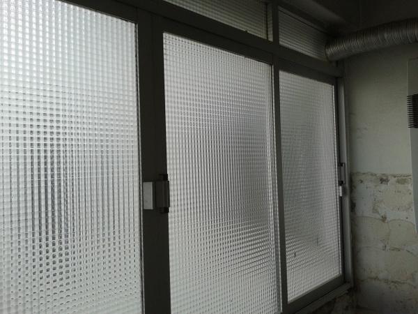 ¿cómo instalar una campana estractora delante de una ventana?