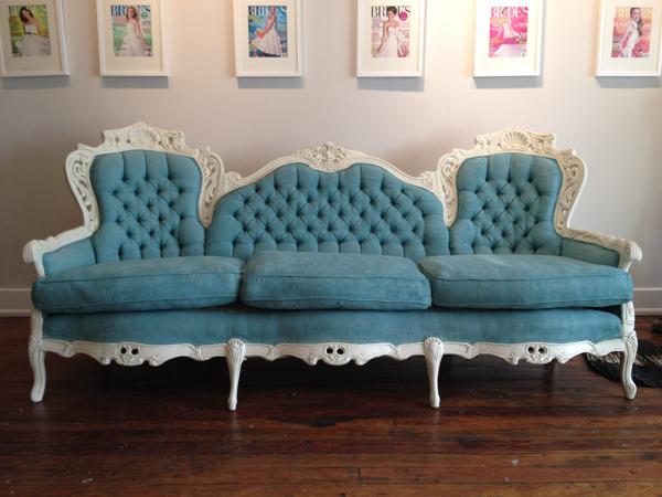 ¿Podrían decirme que color han utilizado para este sofá?