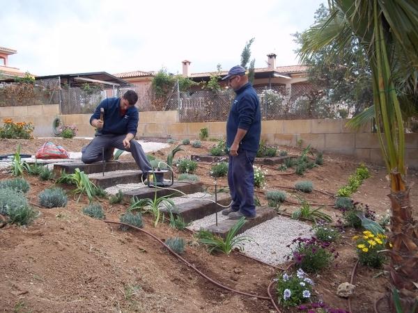 C mo se construye una escalera con traviesas de tren - Traviesas de tren para jardin ...