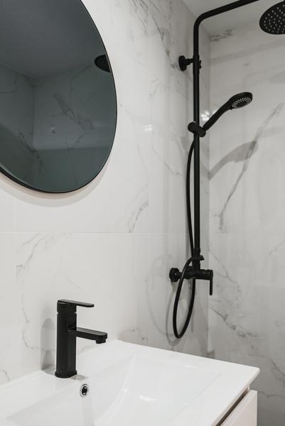 ¿Qué material se ha usado en este cuarto de baño?