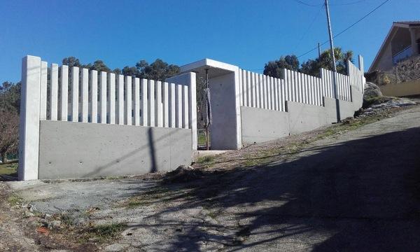 ¿De qué medida son los postes del muro?