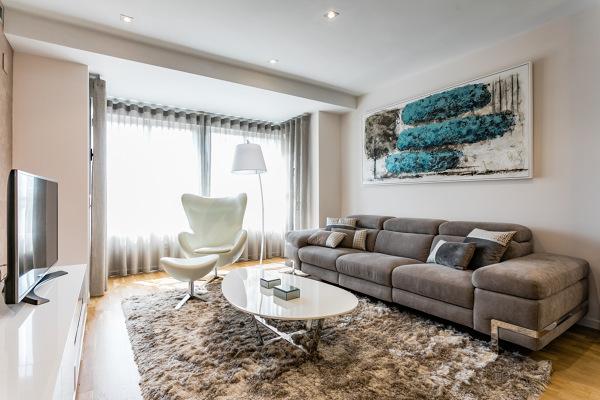 ¿De qué modelo y marca es ese sofá?