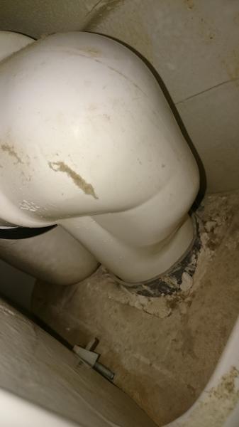 ¿Cómo hacer la instalación del desagüe vertical del inodoro?