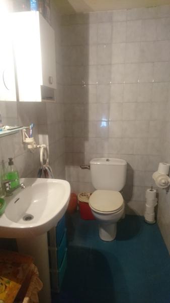 ¿Puedo cambiar el inodoro a la pared donde tengo el lavabo?