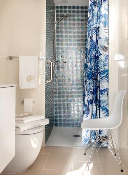 ¿El agua de la ducha no se saldrá fuera sin mampara?