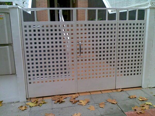 ¿Cuál es el precio con la instalación incluida para esta puerta de garaje?