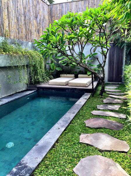 ¿Es esta piscina solo en cemento o tiene azulejos?