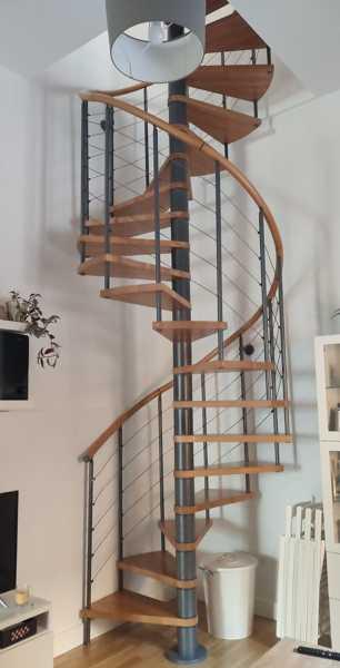 ¿Es posible quitar la escalera de caracol para la instalación de un ascensor?