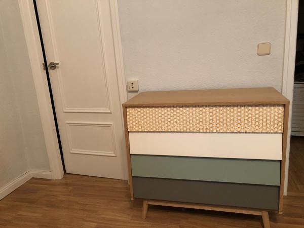 ¿Qué color de mesa faldilla combinaría con un sofa gris?