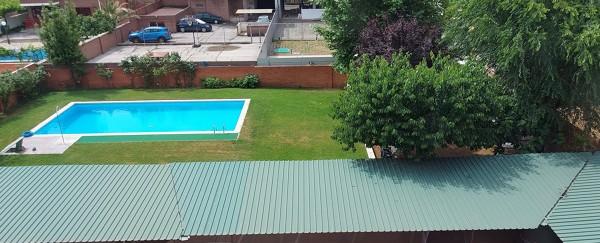¿Cuál sería el precio por el mantenimiento de una piscina y zona ajardinada?