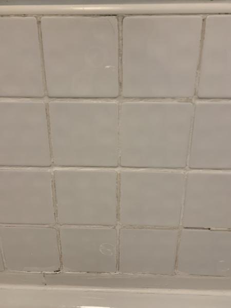 ¿Cómo remover la leche de los azulejos del cuarto de baño y volver a ponerlo?