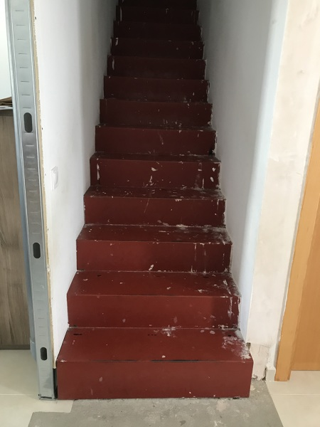 ¿Cómo puedo revestir o terminar esta escalera?