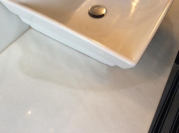 ¿Cómo limpiar esta mancha grisácea en la encimera de mármol?