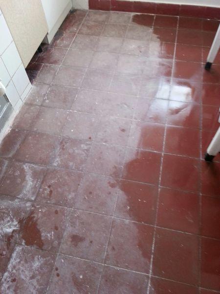 ¿Cómo puedo recuperar el suelo de una cocina que está muy desgastado?