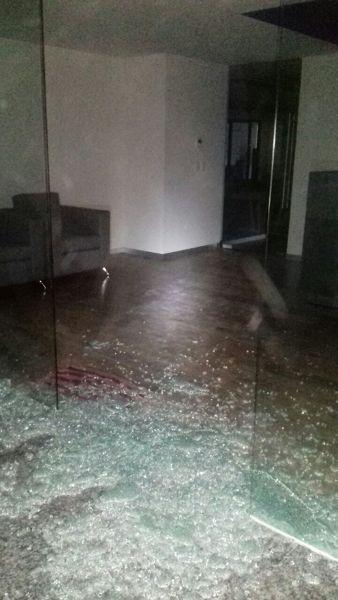 ¿Porque se rompió la puerta de cristal?