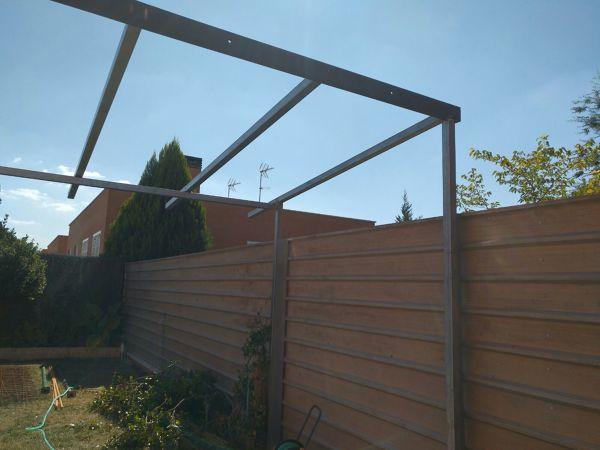 ¿Tengo que separar de la valla los postes de sujeción para colocación de toldo?