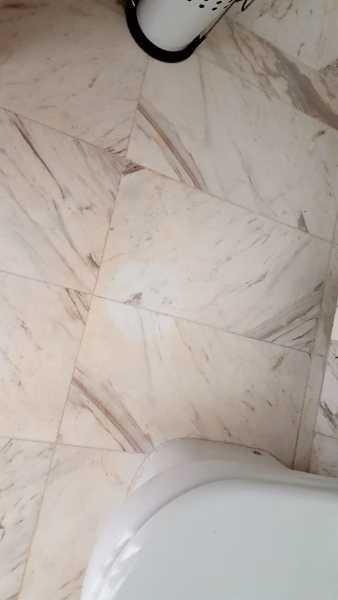 ¿Porque aparecen manchas rosadas en suelo de mármol blanco?