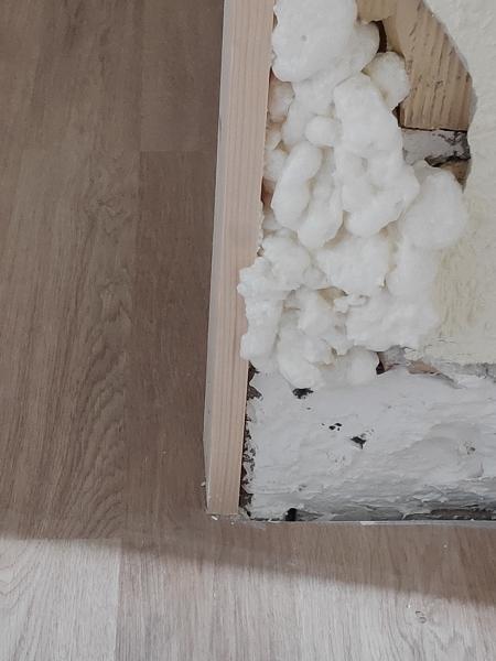 ¿Es mejor colocar el suelo laminado debajo del marco?