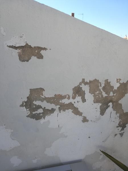¿Qué productos tengo que utilizar para arreglar esta pared de mi terraza?