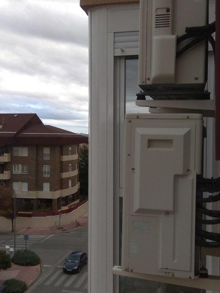 ¿Por qué tengo condensación en el cierre esquinero del balcón?
