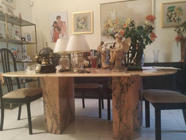 ¿Cuánto podría vender esta mesa de mármol de comedor?