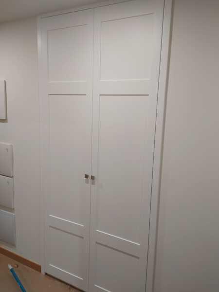 ¿Es normal que al colocar un armario empotrado hayan dejado un pequeño hueco al lado del rodapié?